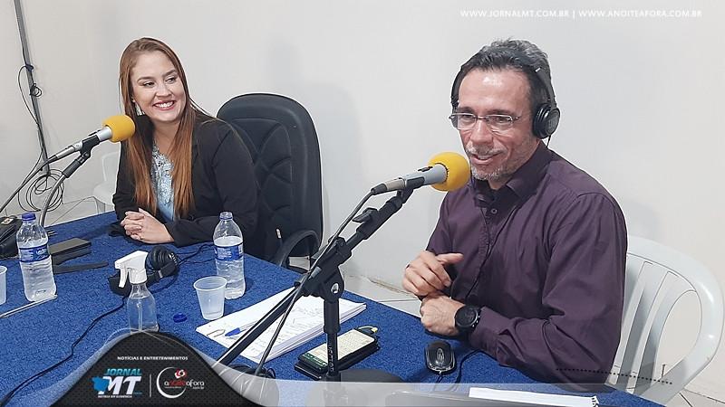 Programa Passando a Limpo 105 FM com os apresentadores Agnelo Corbelino e Izabel Torres.