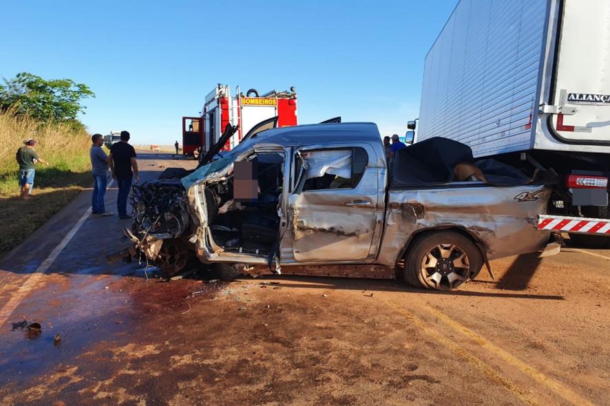 Carro ficou enroscado em traseira de caminhão