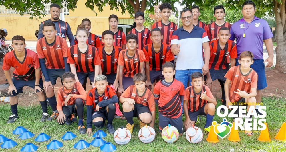 Foto: líder comunitário e vereador eleito Ozeas Reis esteve reunido com a equipe de futebol Furacão, juntamente com o presidente e professor Gerson.