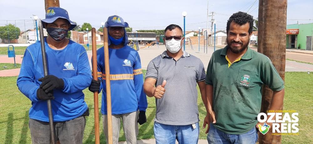 Foto: Ozeas Reis acompanha juntamente com o engenheiro Nícolas de Freitas da Sema, o plantio de mudas arvores Nativas flori firas