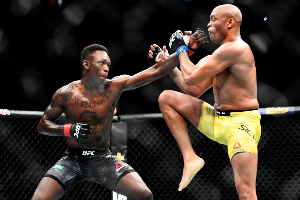 Israel Adesanya diz que se sentiu nas nuvens enfrentando Anderson Silva no UFC 234 — Foto: Getty Images