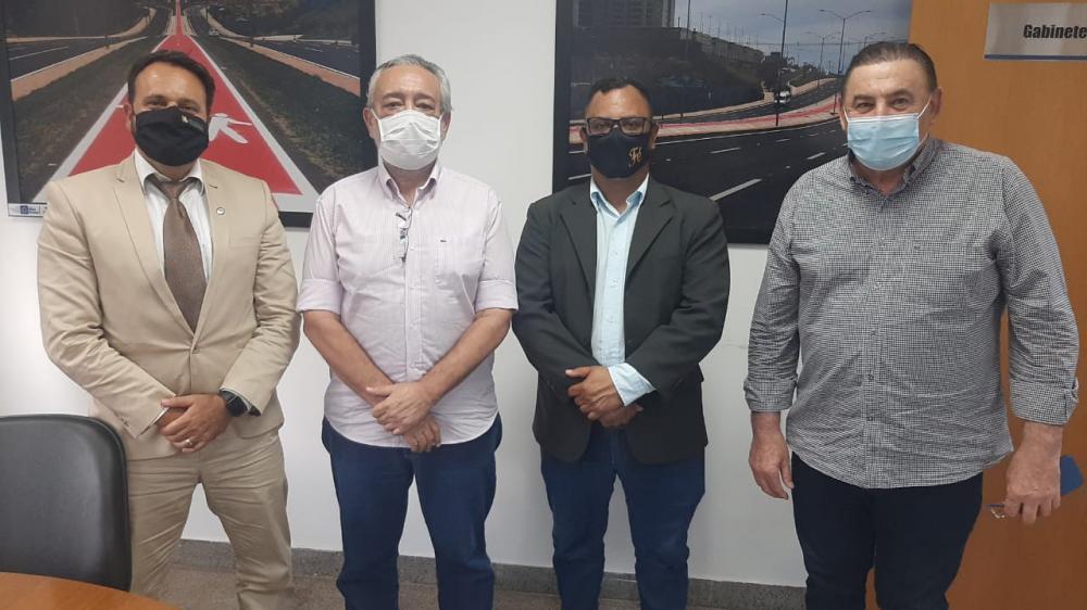 O vereador Ozeas Reis (PP) e o deputado delegado Claudinei Lopes (PSL) em visita as secretárias na capital tratando sobre prioridades da população Rondonopolitana, discutindo problemas do município em vários ângulos e aspectos.