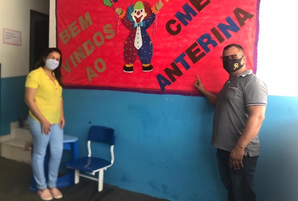Foto: Vereador Ozeas Reis sendo recepcionado pela diretora Patricia Kenf Gomes.