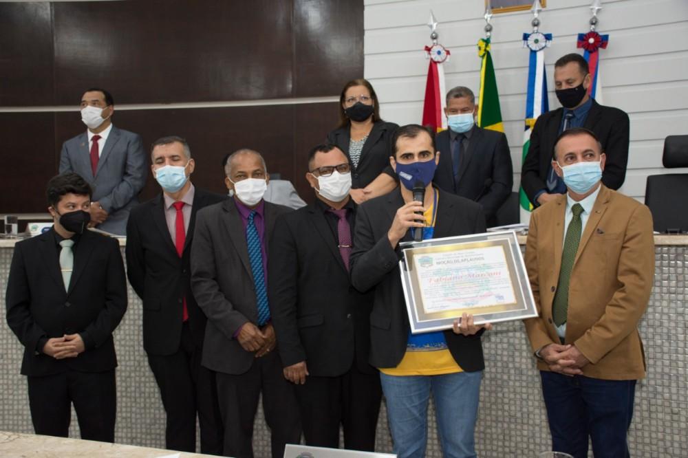 Durante a sessão na Câmara Municipal de Rondonópolis, o vereador Ozeas Reis prestou uma Moções de Aplauso ao gerente da loja Gazin Fabiano Marconi, que vem se destacando juntamente com a empresa Gazin com ações junto à comunidade.